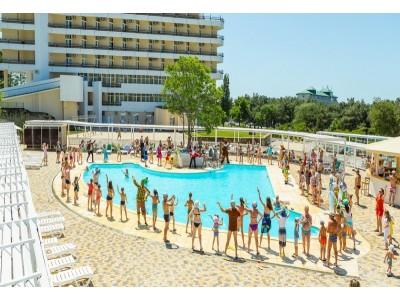 Отель «ALEAN FAMILY RESORT & SPA BIARRITZ / Биарриц» отель (бывш. «Сосновая роща») ,  анимация у бассейна